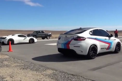 video-bmw-x6m-doi-dau-ferrari-458-tren-duong-bang