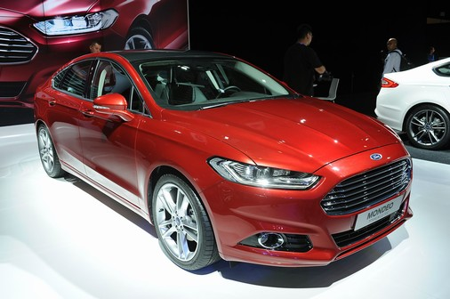 ford-mondeo-2013-toyota-camry-hay-coi-chung